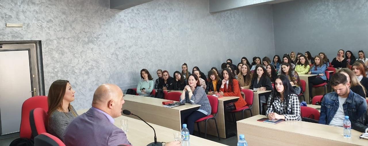 """Ligjëratë me studentët e Gjuhë – Letërsisë e Z. Blendi Fevziu, me temë """"Diskursi publik dje (në komunizëm) dhe sot (pas komunizmit)"""""""