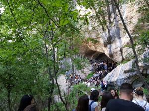Foto nga puna studimore tek Shpella e Pëllumbasit në Tiranë, ku studentët studiuan relievin karstik dhe format e karstit nëntokesor