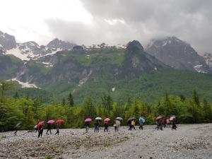Foto nga itinerari ne Luginen e Valbonës në Parkun Kombëtar të Valbonës. Studentët duke ecur drejt Ragamit. Ata studiuan relievin alpin me elemente gjeomorfologjike si cirqe akullnajore, komplekse cirqesh, lugje akullnajore, etj.